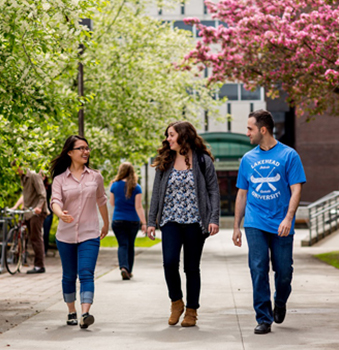 Students walking around Lakehead Thunder Bay campus enjoying the beautiful scenery and weather